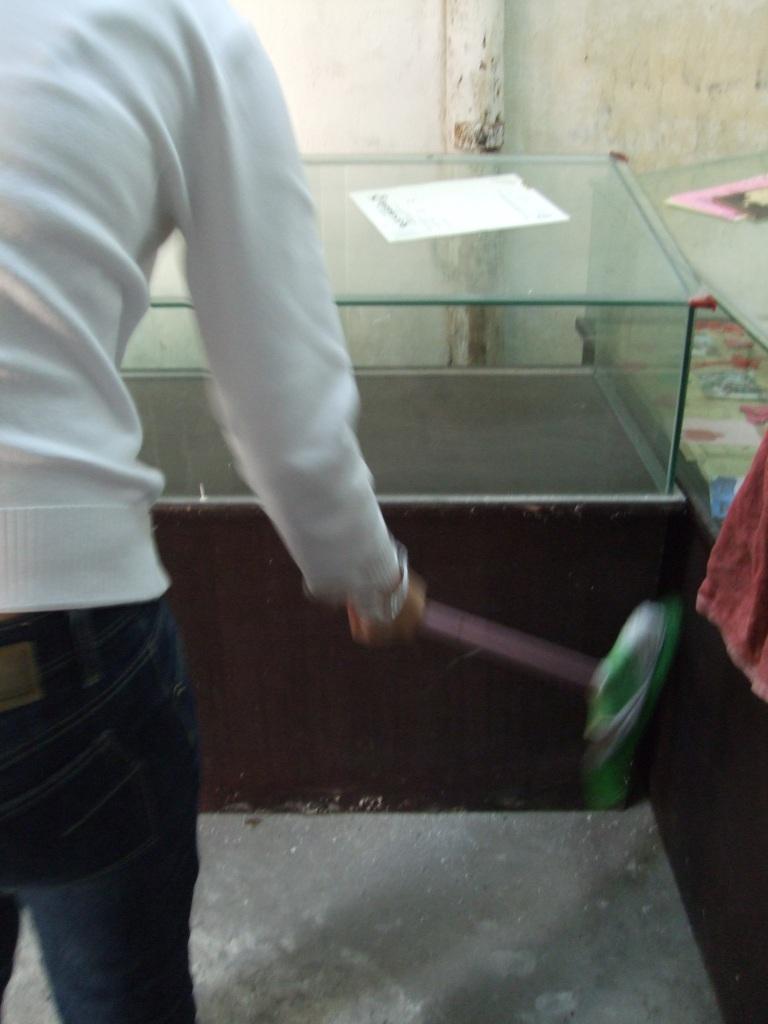 志愿者在打扫.JPG