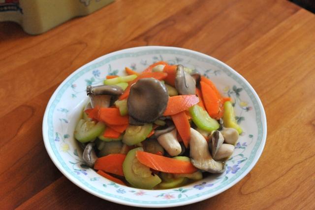 葫芦瓜炒菌菇.JPG